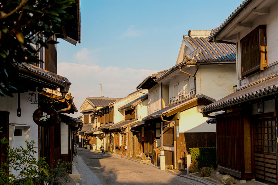 Antique houses and shops, spanning three eras, show a mixture of eastern and western styles.