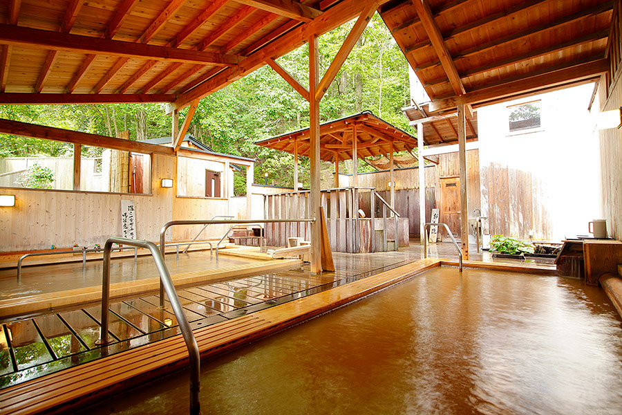 The healing Kinsen waters of Choraku are a treat for the eyes and the body.