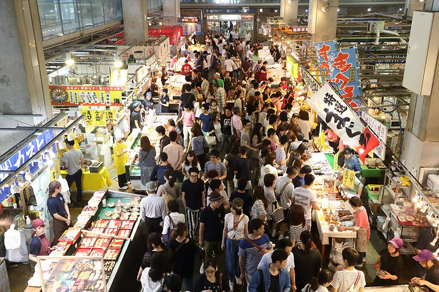 The hustle and bustle of the weekend Ikiiki Bakangai market.