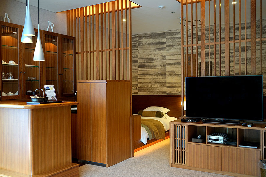 Designed to maximize comfort and convenience, spacious open-plan rooms are available in western and Japanese style.