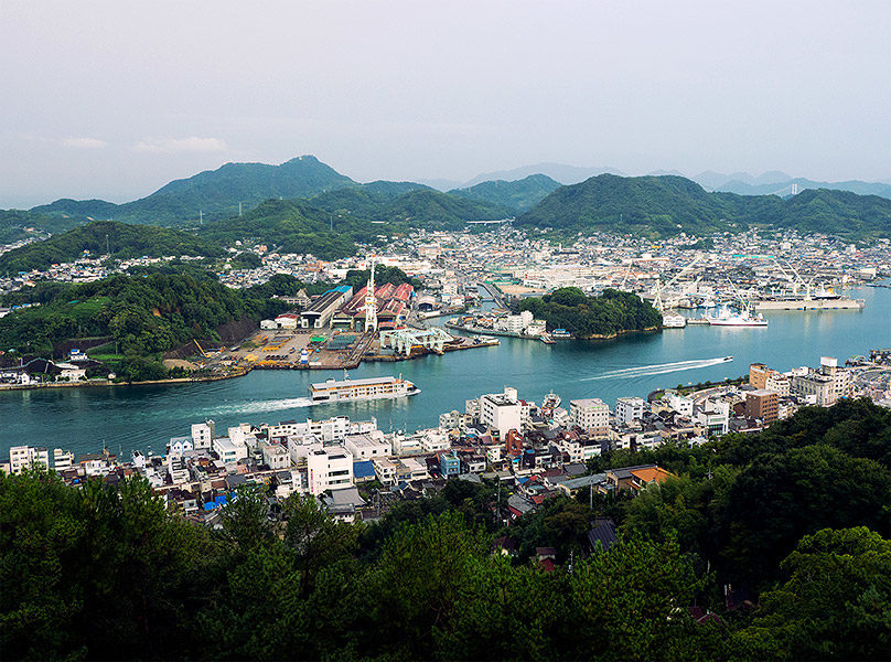 The views are up close as guntû passes through the narrow Onomichi strait.
