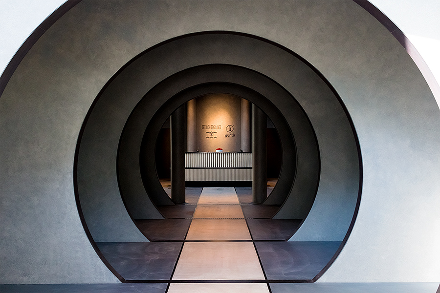 The fuselage-like entry hall strikes a smooth balance between minimalist chic and an unadulterated love of aviation.