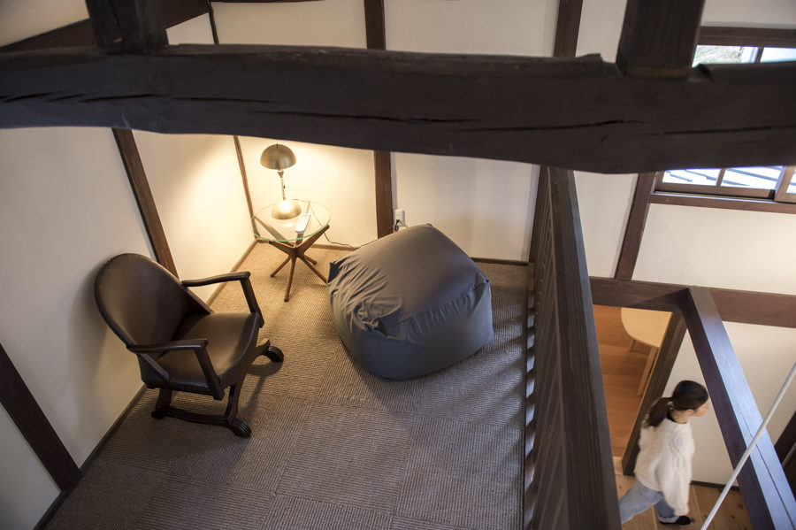The use of space and the balance between traditional Japanese and western interiors is  delightful.