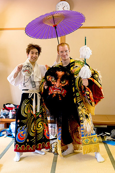 On weekends you can go backstage and try on the kagura costumes (which weigh around 20 kg)!