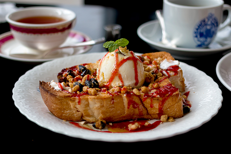 The on site cafe serves a wide range of excellent entrees and deserts.