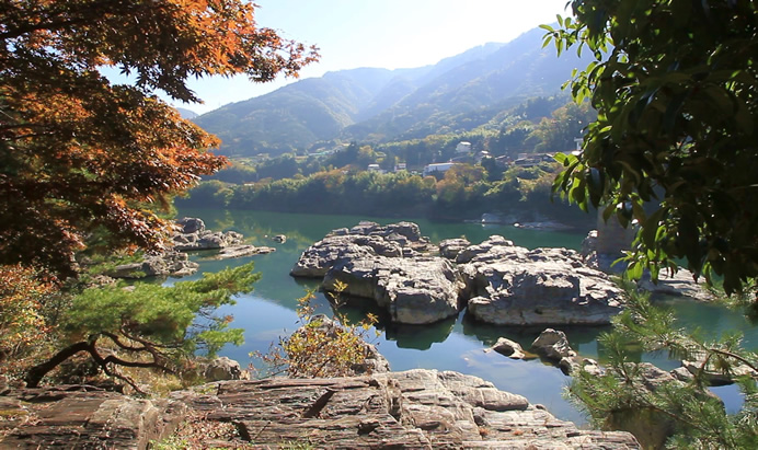 吉野川中流域、船上から眺める迫...