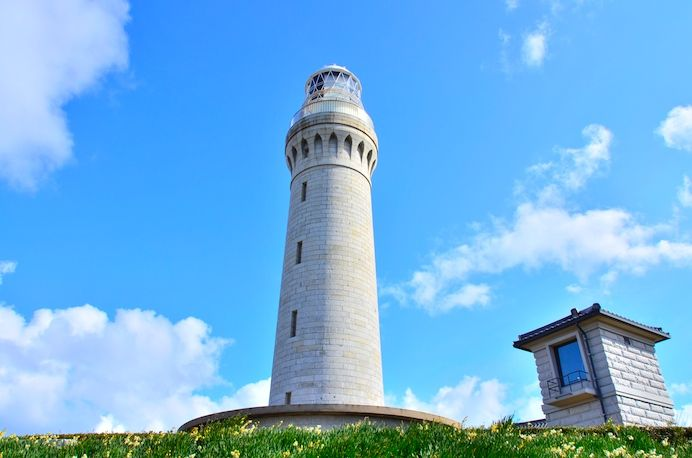 到着♪こちらが角島灯台。 総御影石(みかげいし)造りの洋式灯台で、日本にたった2基しかない貴重な灯台だそうです。明治9年の点灯なので、およそ140年間この場所に